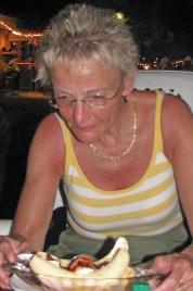 Birgitta med en banana split